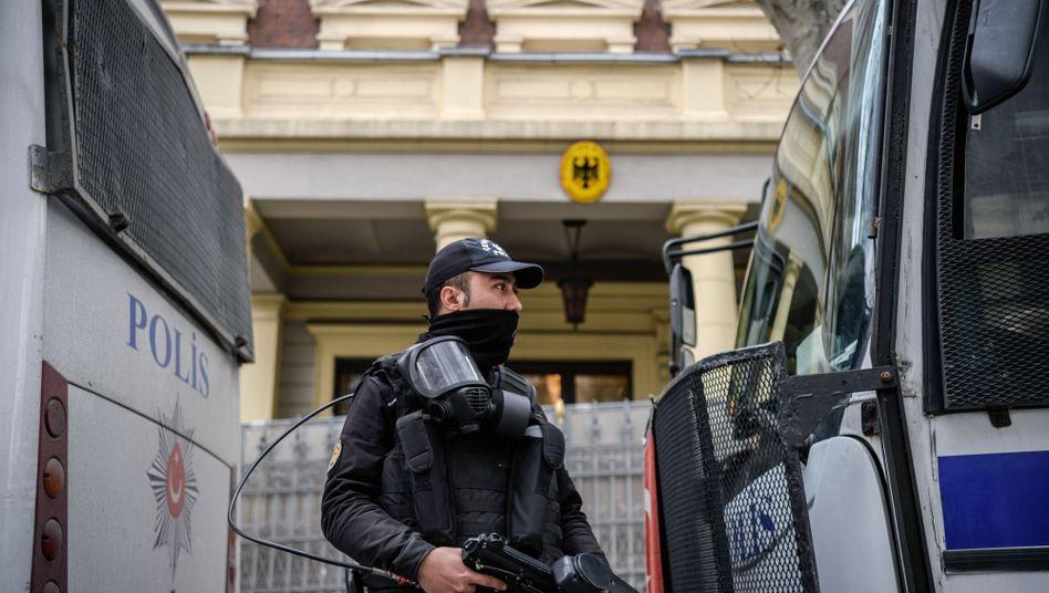 Polizist vor dem deutschen Generalkonsulat Istanbul