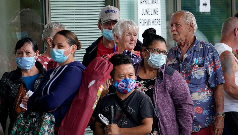 US-Amerikaner warten vor einem Arbeitsamt in Kentucky auf Hilfe bei der Arbeitslosenunterstützung
