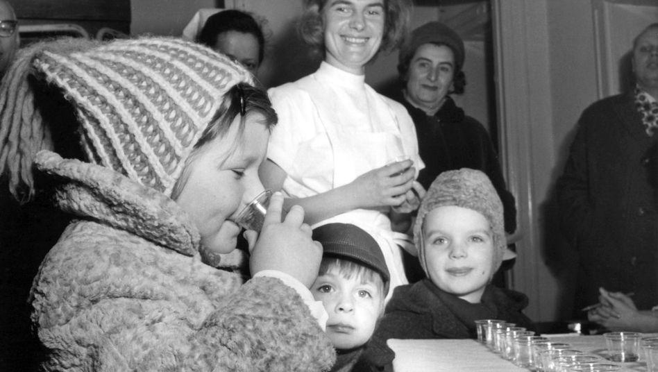 """Kinder bei Schluckimpfung in Berlin 1965: """"Mit einigen grundsätzlichen Schwierigkeiten belastet"""""""