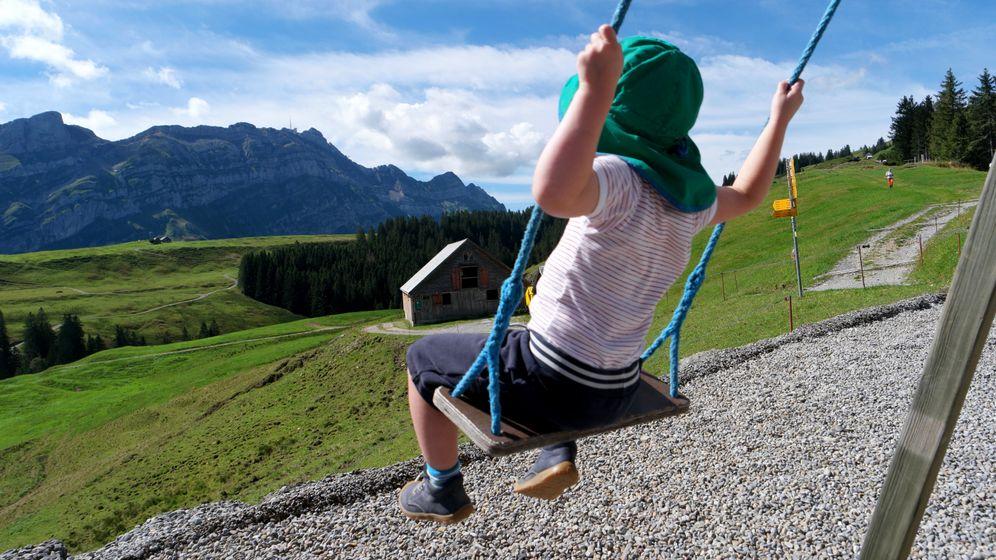 Schaukeln im Reka-Dorf: Für Zweijährige sind die Berge ein Abenteuerspielplatz