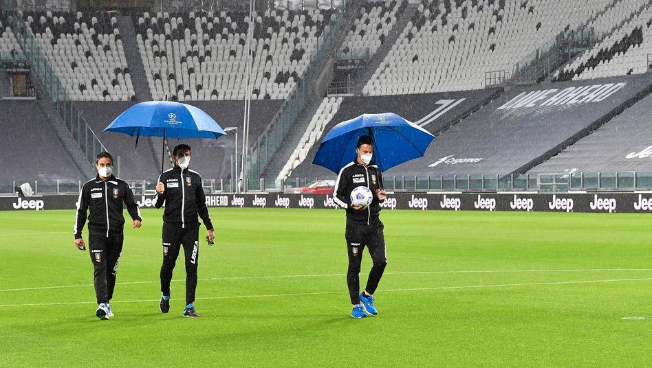 Schiedsrichter Daniele Doveri (Mitte) bei einem ungewöhnlichen Einsatz