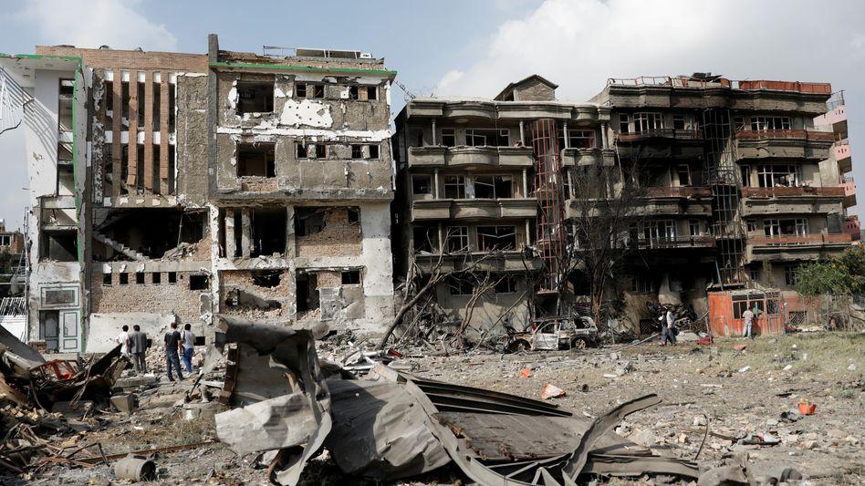 Zerstörte Gebäude nach einem weiteren Anschlag in Kabul - noch hat sich niemand zu dem Angriff auf Politiker Amrullah Saleh bekannt