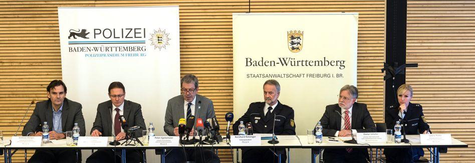Ermittler im Fall der ermordeten Freiburger Studentin auf der Pressekonferenz am Samstag