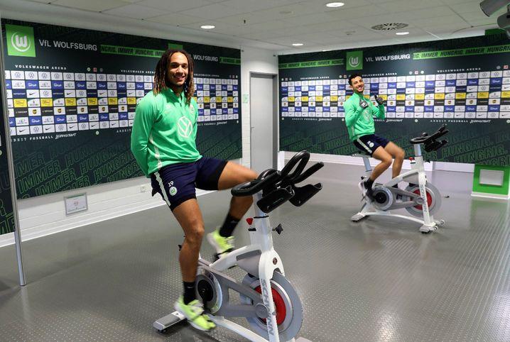 Die Wolfsburger Spieler Kevin Mbabu (l.) und Ismail Azzaoui beim gemeinsamen Fitnesstraining