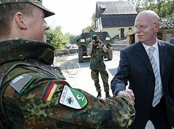 """Verteidigungsminister Struck: """"Die Wehrpflicht bleibt"""""""