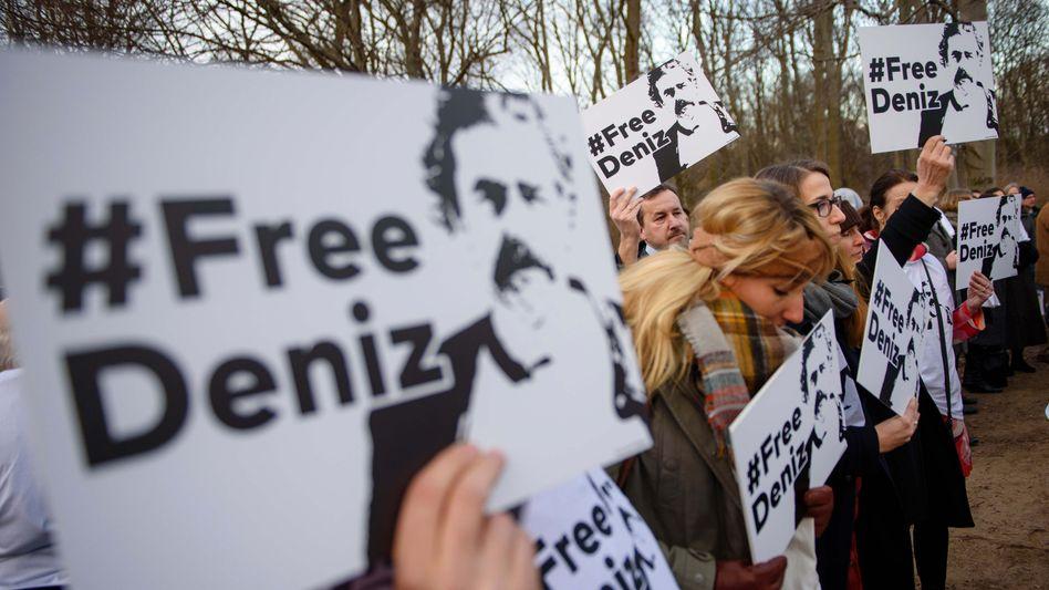Demonstranten vor der Türkischen Botschaft in Berlin