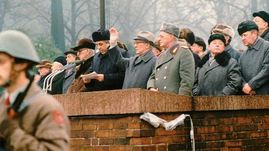 SED-Führung (mit Generalsekretär Erich Honecker (M.) am 17. Januar 1988 während der Demonstration zur Erinnerung an Rosa Luxemburg und Karl Liebknecht in Ost-Berlin)