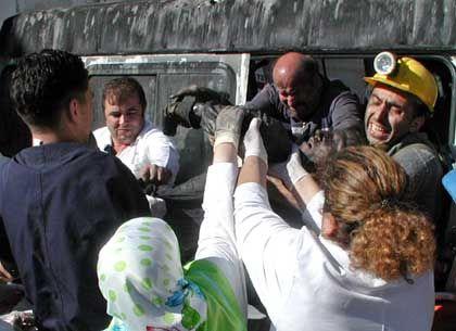 Rettungskräfte im Einsatz: 19 Arbeiter kamen ums Leben, 17 wurden gerettet