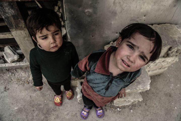 Der Tod kam aus der Luft: Zwei kleine Mädchen, Opfer des Krieges