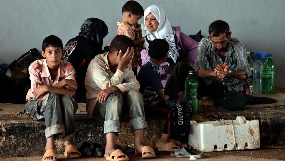 Syrische Familie an der Grenze zur Türkei: Flüchtlingsunterkünfte werden knapp