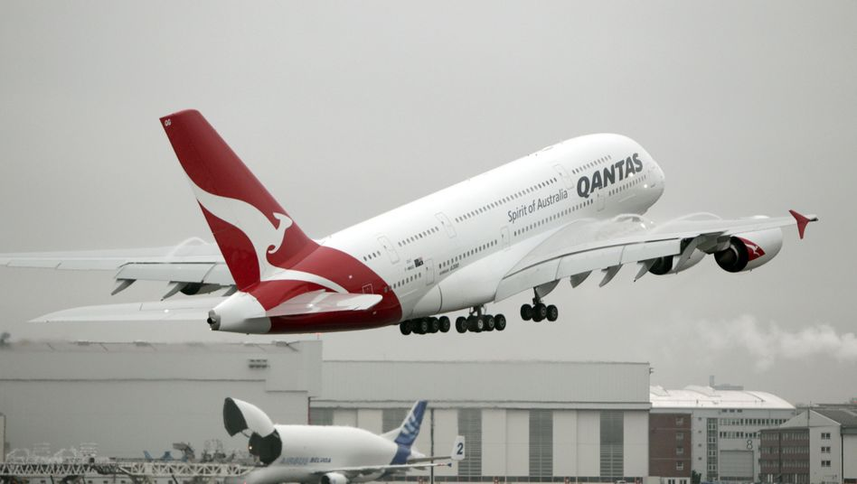 Qantas has stopped all flights on its flagship A380 aircraft until repairs can be made to cracks in the plane's wing rib feet.