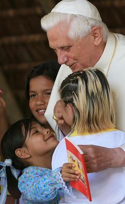 """Benedikt XVI. mit brasilianischen Kindern: """"Wenn jemand in dein Haus kommt, ist das ein Beweis von Liebe"""""""