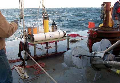 Meeresboden-Sensor des PMEL vor dem Aussetzen: Tsunami verrät sich durch Druckschwankungen