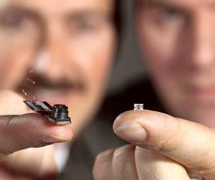 Weiche Neuheit: Forscher zeigen die Minilinse und die Kamera, in der sie eingebaut ist