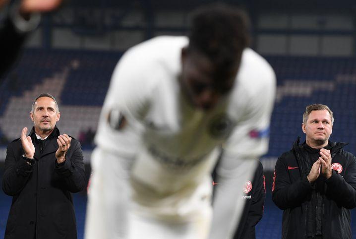 Eintracht-Trainer Adi Hütter (l.) applaudiert seinen Spielern