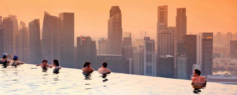 Pool auf dem Dach des Marina Bay Sands Hotels in Singapur: Die Stadt hat keinen Sinn, und sie hat keine andere Funktion als den Spaß, Häuser öffnen sich wie Blumen, liegen da wie gestrandete Eisberge oder gutschmeckende Muscheln