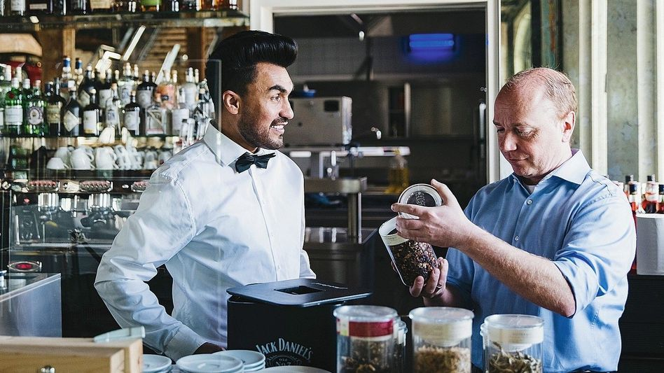 Daniel Stütz (r.), Betriebsleiter der Eilguthalle, Farid Azizi, angehender Restaurantfachmann in Lindau: »Typen wie Farid sind alle Anstrengungen echt wert.«