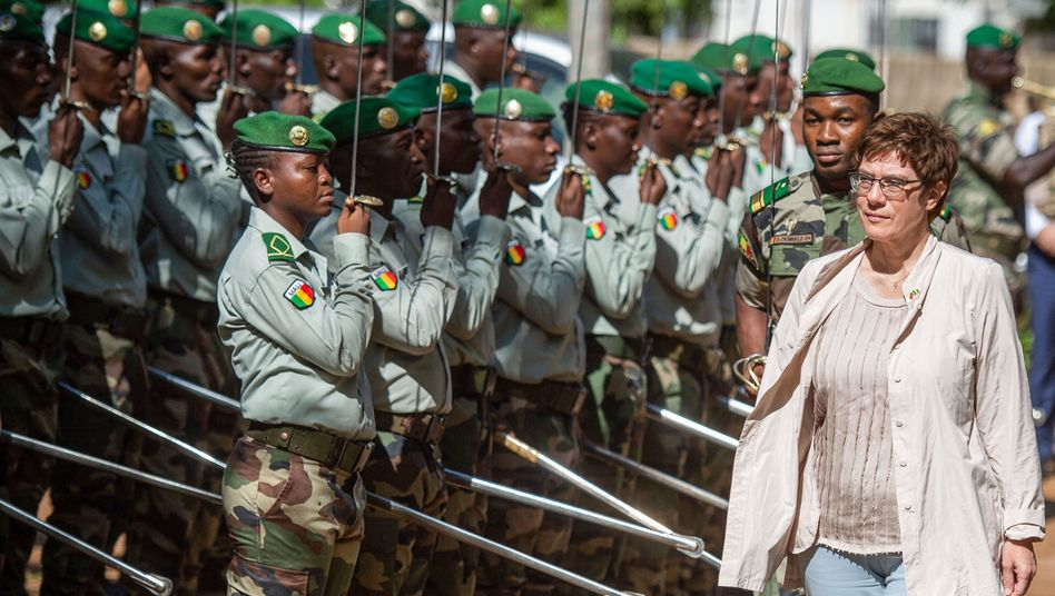 """Annegret Kramp-Karrenbauer beim Besuch der malischen Streitkräfte: """"Bup, Bup, Bup"""""""