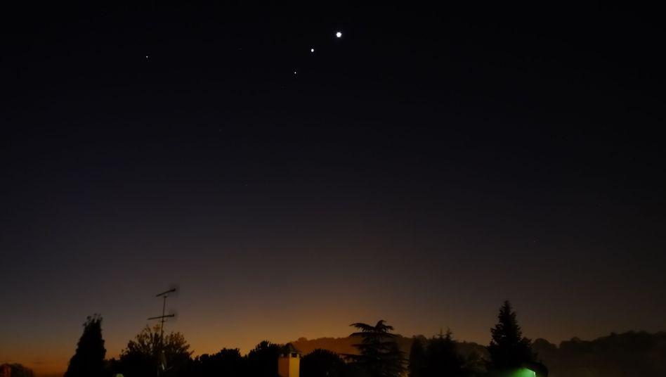 Enges Planeten-Trio (aufgenommen am Wochenende in Italien): Am hellsten leuchtet Venus oben rechts, darunter Jupiter, am blassesten bleibt Mars, der unterste der drei Planeten