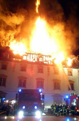 Bibliothek in Flammen: Ein Teil des brennenden Dachstuhls stürzte in den weltberühmten Rokokosaal