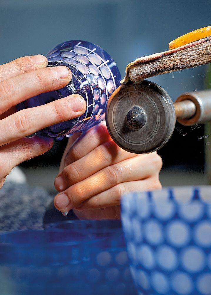 Rotter Glas: Der Kugelbecher ist der Klassiker im Sortiment der Lübecker Manufaktur. Kunden können heute zwischen einer Vielzahl von Größen, Farben und Schliffen wählen