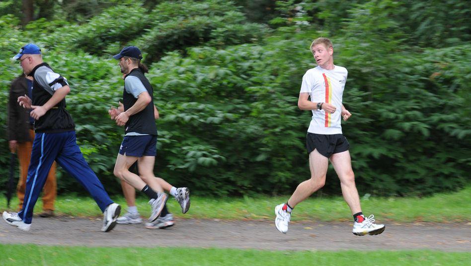 Retrorunner Achim Aretz: Der Halbmarathon-Weltmeister im Rückwärtslaufen beim Rennen in Hamburg