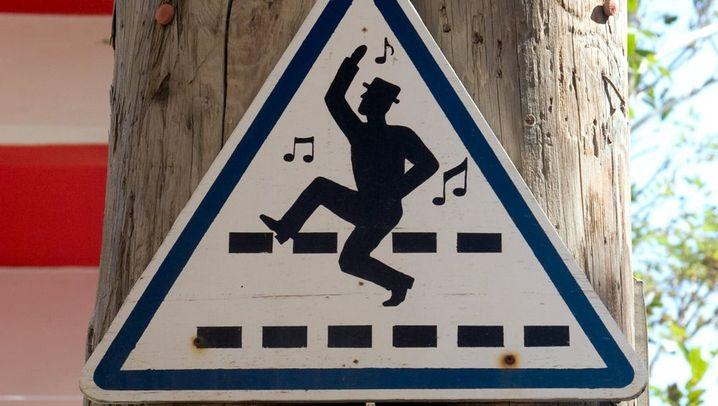 Schräge Schilder: Bitte bei Mondschein nicht zu Fuß gehen