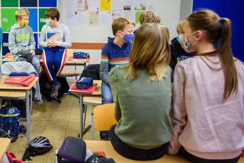 Schülerinnen und Schüler in ihrem Klassenzimmer