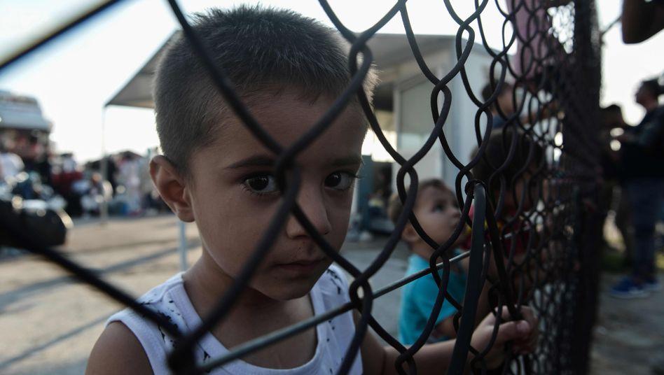 Kinder hinter einem Zaun - sie wurden von der griechischen Insel Lesbos in den Hafen von Thessaloniki gebracht