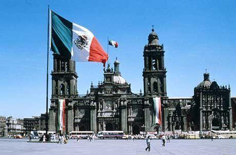 Im Zentrum Mexico-Citys: Der Zócalo wird von der Catedral Metropolitana beherrscht