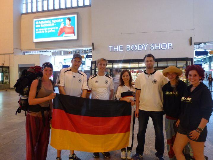 Ankunft in Stuttgart: Katharina (r.) wurde im Zug Weltmeister
