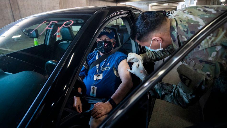 Drive-in-Impfung in Los Angeles: Zuletzt wurden in den USA täglich 1,7 Millionen Menschen vakziniert