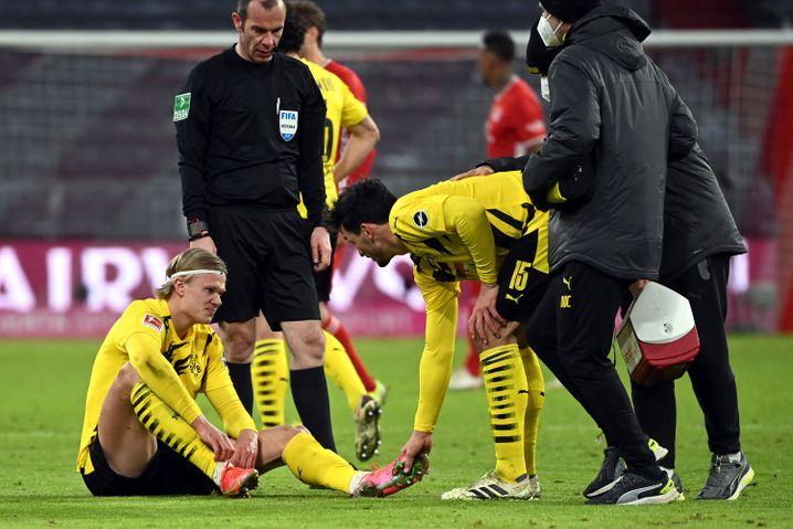 An ihm hängt viel in Dortmund: Erling Haaland habe laut seinem Trainer einen »kleinen Schlag« auf die rechte Achillessehne bekommen