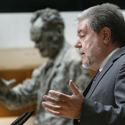 Kurt Beck vor einer Statue des großen SPD-Politikers Willy Brandt: Vorsätzlich ins Verderben