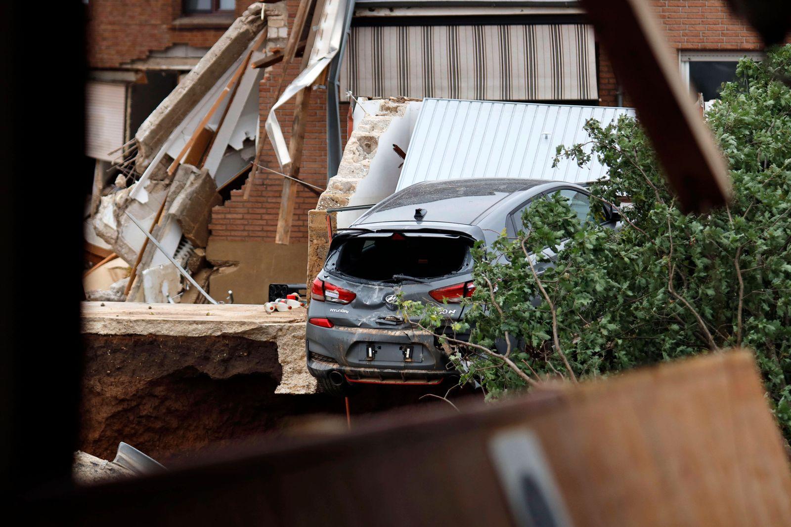 In Erftstadt-Blessem (NRW) sind Häuser massiv unterspült worden und einige eingestürzt oder in eine nahe Kiesgrube gestü