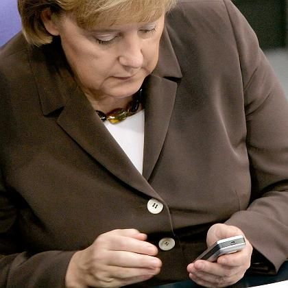 Bundeskanzlerin Angela Merkel mit Handy: Zentraler Informationsdienst der EU per SMS