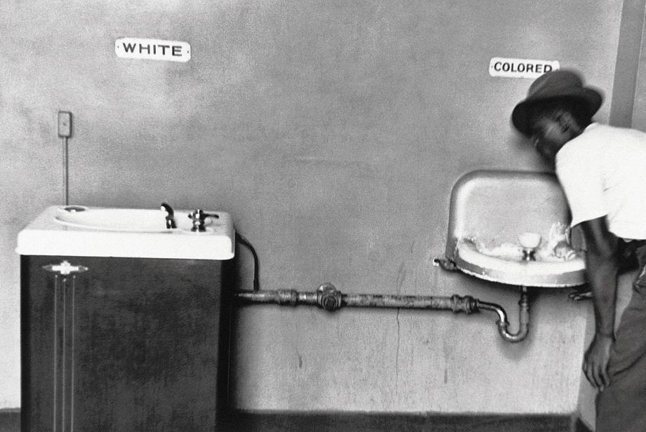 Heute unvorstellbar, in den USA der 1950er aber leider Realität: Schwarze Menschen mussten in der Öffentlichkeit andere Waschbecken benutzen als weiße.
