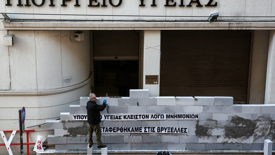 """""""Nach Brüssel verlegt"""": Im Dezember 2016 mauerten Demonstranten das griechische Gesundheitsministerium zu"""