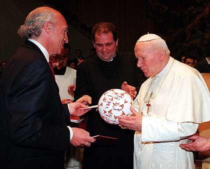 Fußballfan Papst Johannes Paul II. (r.): Kicken von höchster Stelle abgesegnet