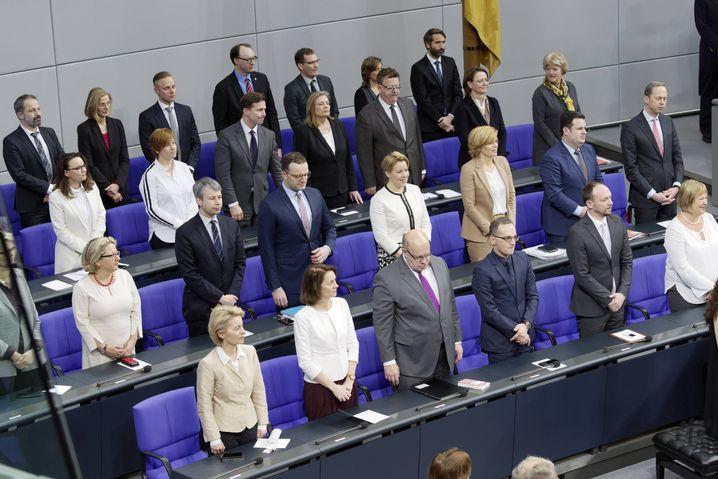 In Weiß unter Anzugträgern: Zur Feierstunde von 100 Jahren Frauenwahlrecht setzten Politikerinnen ein Zeichen