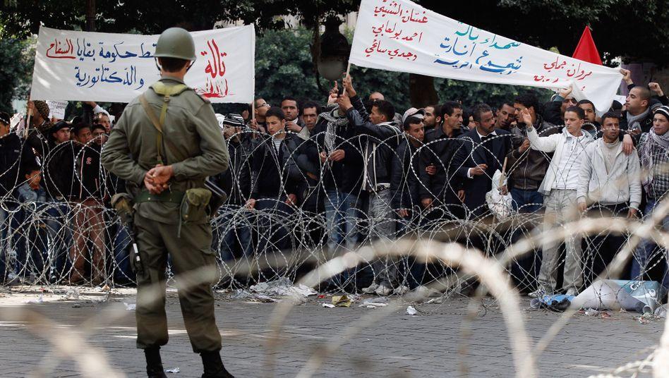 """Demonstranten vor dem Innenministerium in Tunis: """"Demütigend für einen Tunesier"""""""