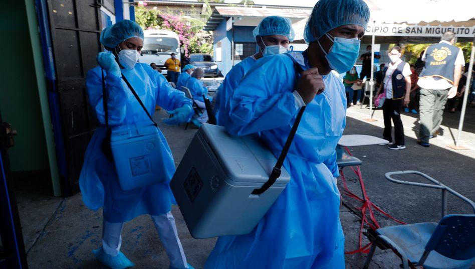 Medizinisches Personal in Panama bringt Covid-19-Impfstoff in speziellen Kühlboxen zu den Impfterminen. Diese Aggregate sind wichtig, damit Kühlketten nicht unterbrochen werden