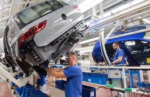 Produktionslinie für den neuen VW Golf in Wolfsburg. Der Branche drohe ein Verlust von 100.000 Arbeitsplätzen, sagt Experte Ferdinand Dudenhöffer