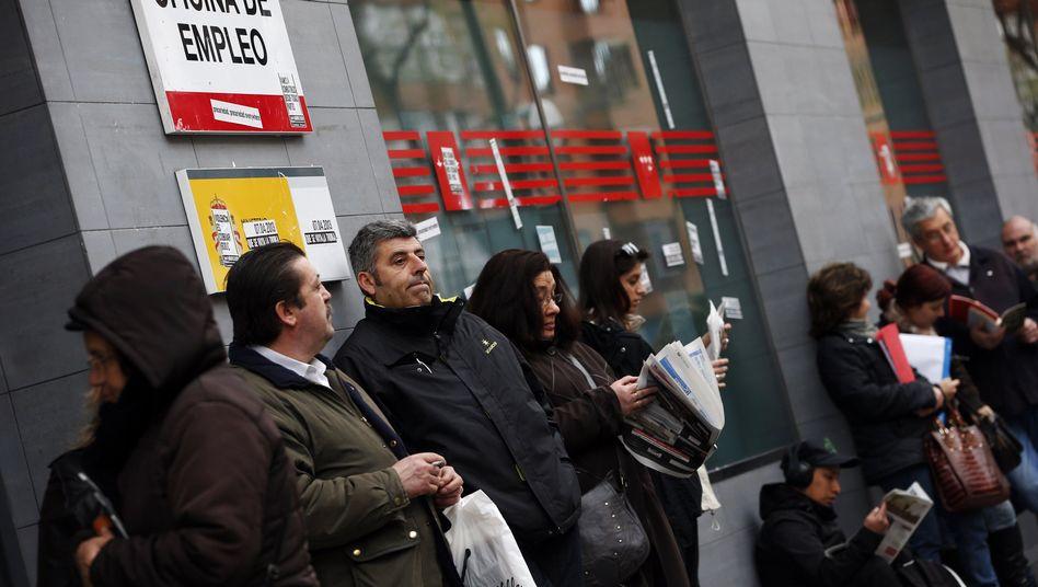 Wartende vor einem Arbeitsamt in Madrid: Die Jungen leiden am meisten
