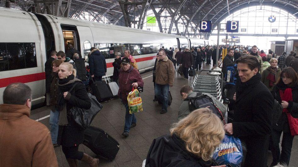 Reisende am Leipziger Hauptbahnhof: Zahl der Fahrgäste im Fernverkehr steigt