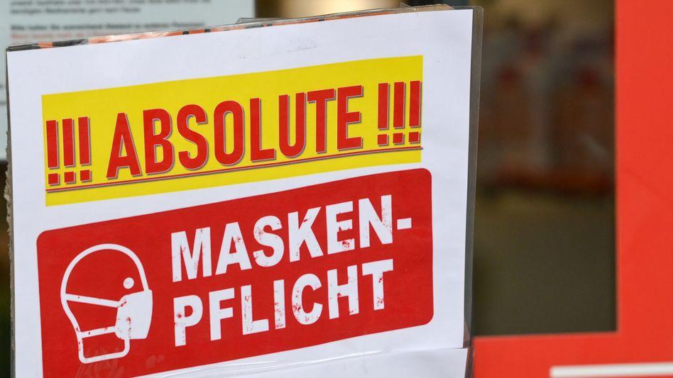 Schild zu Maskenpflicht an Geschäft