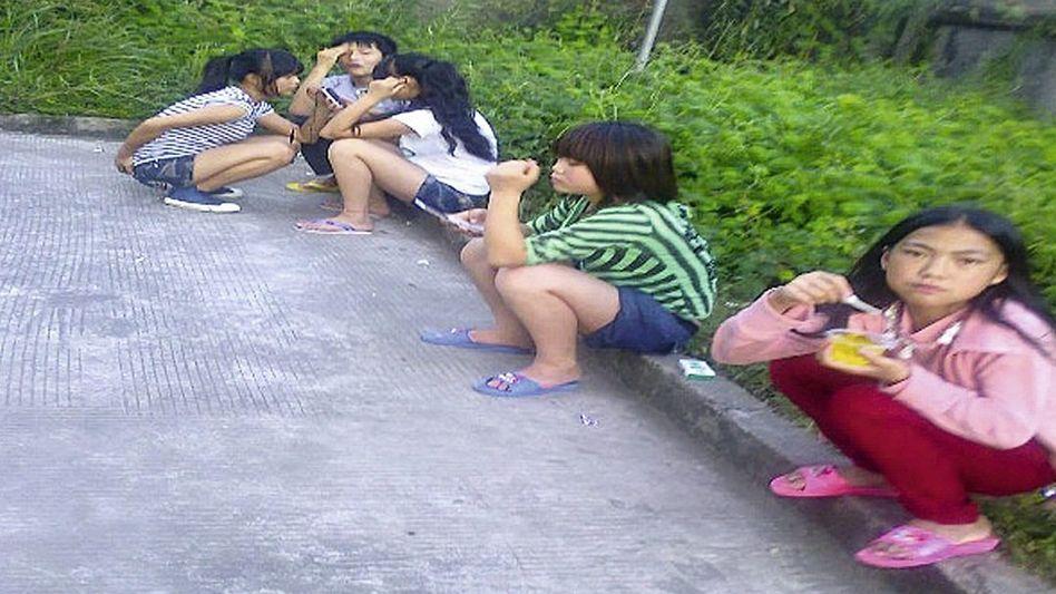 CLW-Foto junger Fabrikarbeiterinnen: »Oft jünger als 16 Jahre«