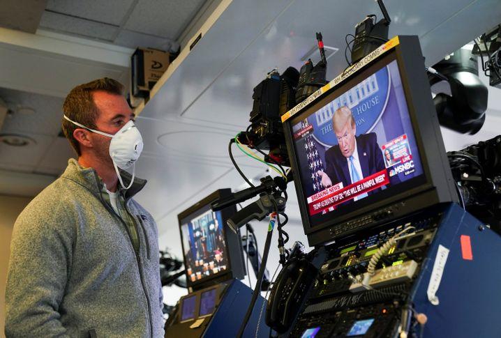 Im Kasten: Donald Trump auf Sendung bei einem Statement aus dem Weißen Haus