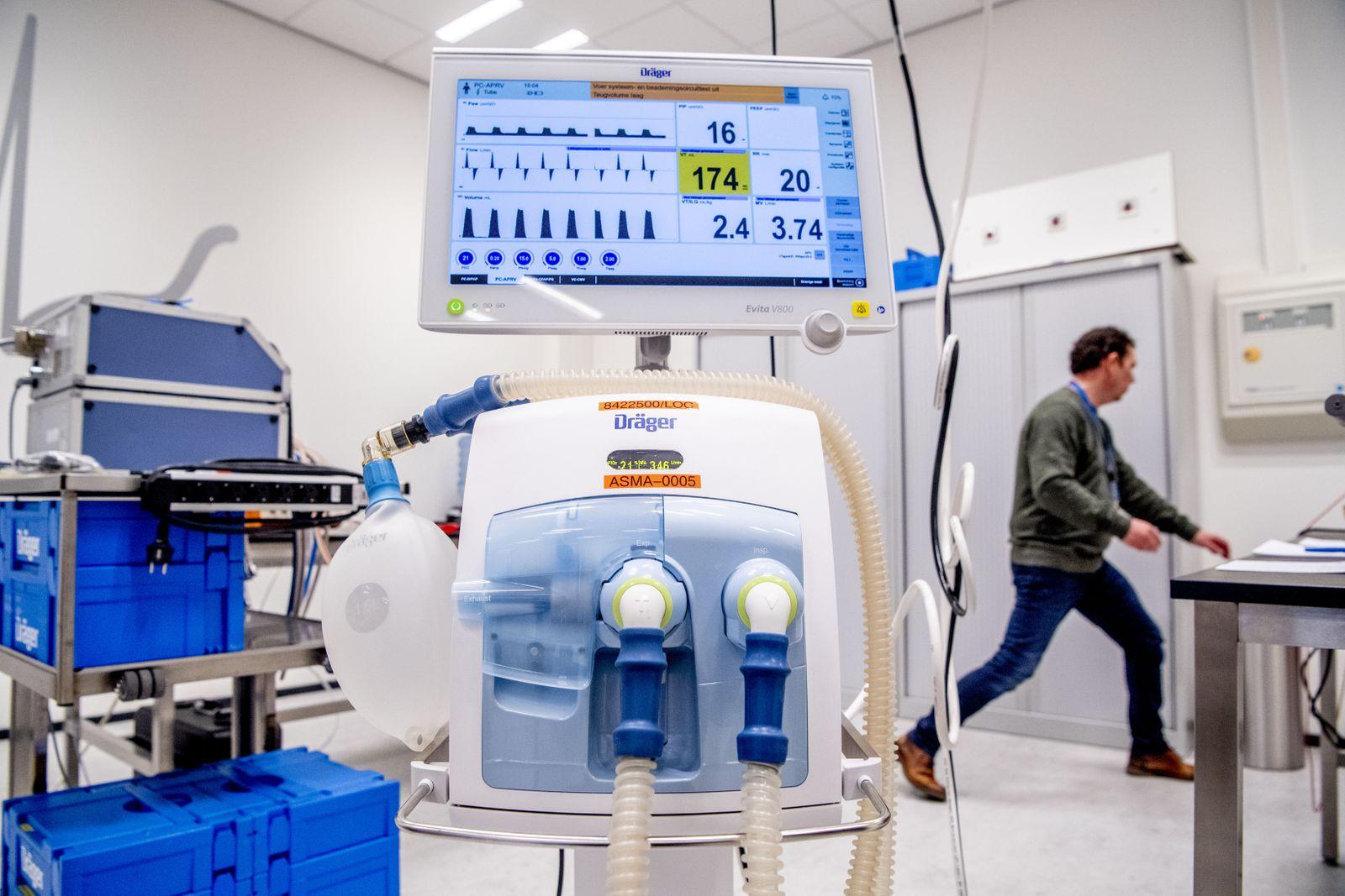 Coronavirus: Alte und neue Beatmungsgeräte der der Firma Dräger werden auf Funktionstüchtigkeit geprüft