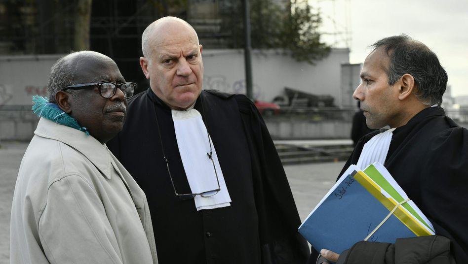 Fabien Neretsé (links) mit seinen Verteidigern in Brüssel, er soll für den Tod von 800.000 Tutsi verantwortlich sein
